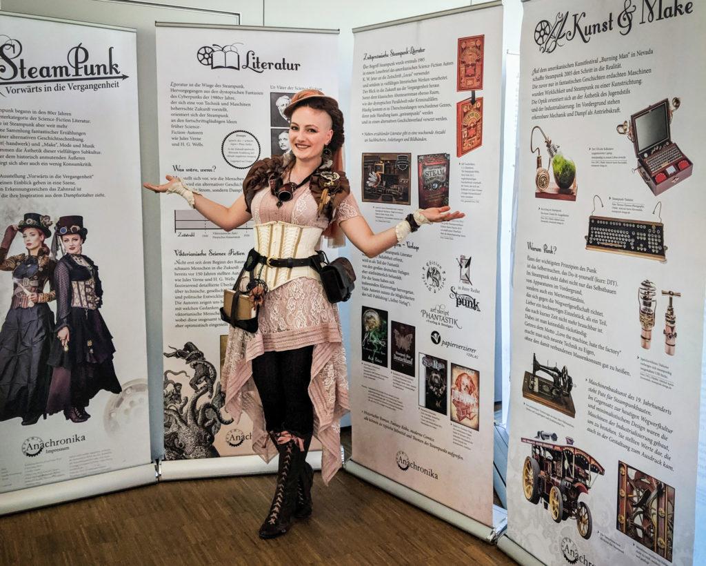 Clara Lina Wirz in der Ausstellung